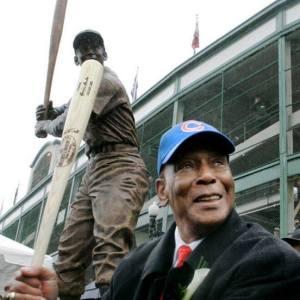 Ernie Banks posing w his statue